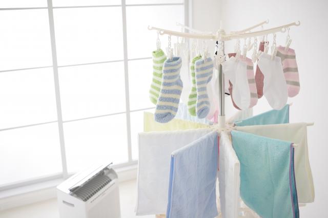 洗濯された子供用靴下とタオル