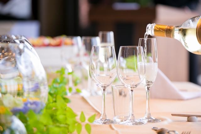 結婚式場で注がれるシャンパン