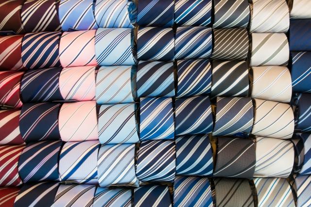 たくさんのカラフルなネクタイ