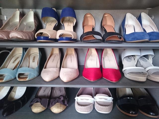 女性の靴・ハイヒールを収納したシューズボックス